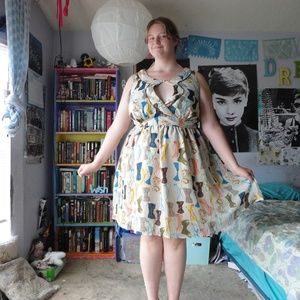 Bow-tie print dress with cut out neckline